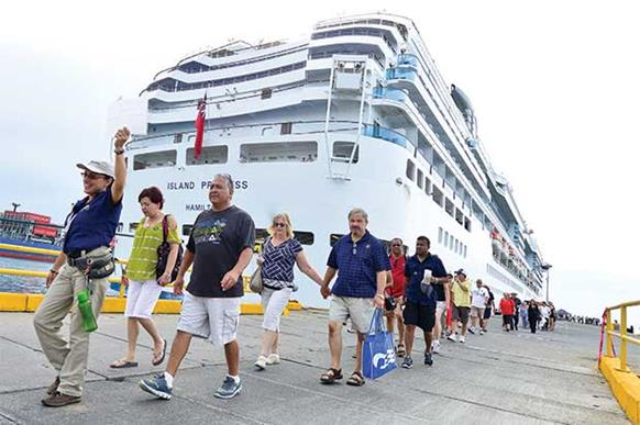 44f4a2f3c Aunque la temporada inicia oficialmente el otro viernes, hoy llegaron las  dos primeras embarcaciones a Limón. (Rodolfo Martín.)